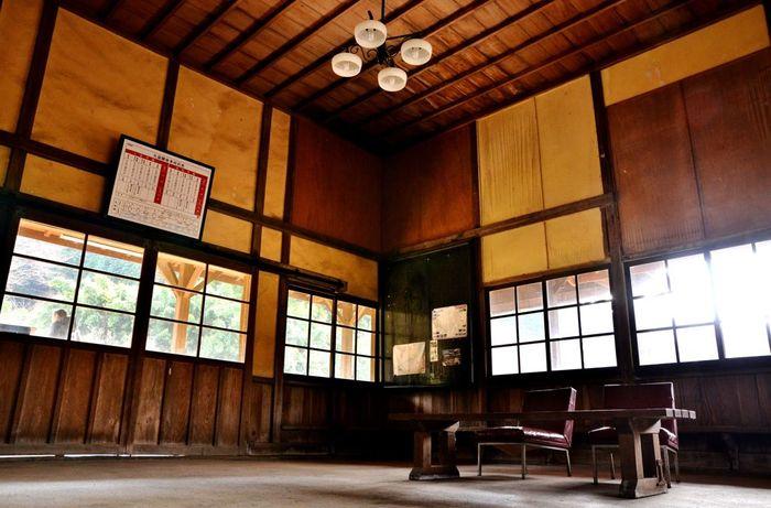 駅舎内の待合室に一歩足を踏み入れると、矢岳駅開業時の明治時代末期に迷い込んだような錯覚を感じます。レトロな照明、風情ある天井、古い待ち合い椅子といった調度品は、矢岳駅が持つノスタルジックな魅力を引き立てています。