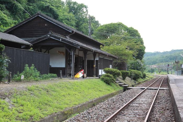ホームから線路内の踏切を渡った場所にある木造駅舎は、1909年に開業された当時のものが今も大切に使われています。