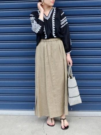 黒の刺繍ブラウスにリネンのロングスカートを合わせた大人のエスニックコーデ。シャツの前をインすると黒のシャツもすっきりと爽やかに見えますね。