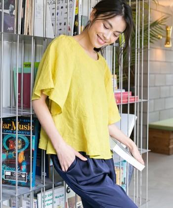 流行のタックインもいいけれど、夏はタックアウトでより涼しく着こなすのもおすすめです。シャツの裾のドレープをきれいに出した明るいカジュアルスタイル。