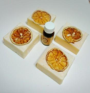 思わず美味しそう!と言いたくなるレモンの天日干しをプラスした石鹸。柑橘の良い香りが、今にも漂ってきそうです。