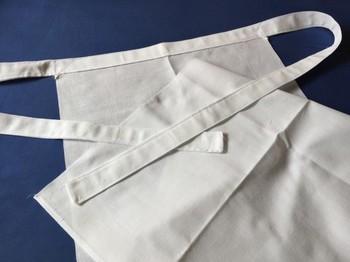 *履き方* おなかの前でひもを結び、股の間から後ろの布を前にもってきます。 結んである紐に布をくぐらせきゅっと整えます。