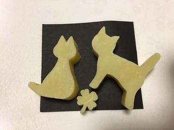 型に入れて冷やせば、猫モチーフの石鹸も作れちゃいます☆
