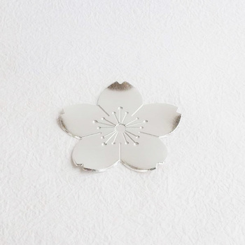 日本人が愛してやまない桜。胸躍る春を象徴する図柄ですね。生命力の強さもあらわすそうです。写真はフラワートレイですが、桜のきれいな形が表現されていますので、デザインの参考にしてみてください。