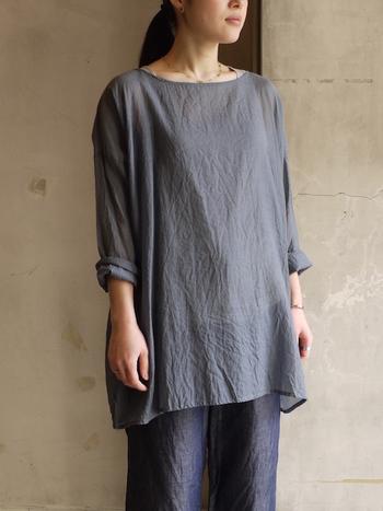 シルクとコットンを半分ずつ合わせたシルクコットンのシャツ。シルクの滑らかさとコットンの爽やかさを併せ持った着心地が魅力です。