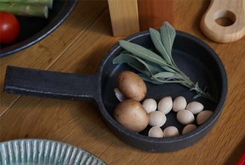 シンプルなデザインが魅力的なオリジナルの耐火フライパン。耐熱土で作られているため直火&オーブン使用も可能で、グラタンなどのお料理にもピッタリです。  サイズ(小):Φ140×高さ35(取手込みの幅230)mm