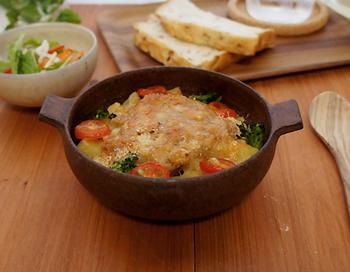 グラタンが最も良く似合うグラタンボウル。オーブンなどから、そのまま食卓へ出すことができる便利な器で、使いやすさとデザイン性の高さが両立しています。