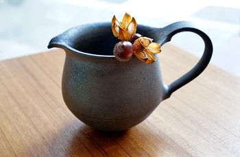 水差しとして使うほか、花器と使用しても。季節の花をそっと食卓に飾るのにぴったりです。