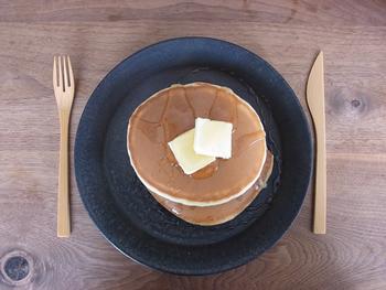 パンケーキを乗せて、ナチュラルでありながらスタイリッシュなテーブルコーデ。朝食のワンプレートやディナーのメインディッシュになど、様々なシーンで大活躍します。