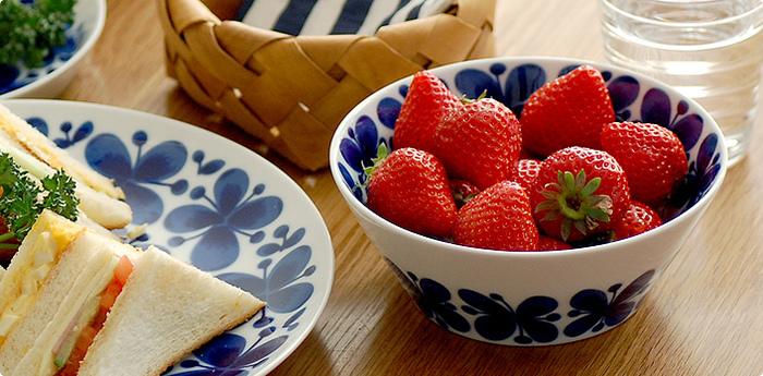 ロールストランドのなかでも大人気のシリーズ「Mon Amie(モナミ)|ボウル」。白磁にブルーの花柄が可愛らしく、朝食を華やかに彩ってくれます。小ぶりの使いやすいサイズなので、グリーンのサラダや赤い苺など、盛り付けた食材との色のコントラストを楽しんで。