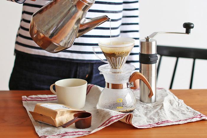 コーヒー好きの定番アイテム「KONO式コーヒードリッパーセット」。円錐形ドリッパーの穴や溝の入り方は研究を重ねて生み出されたこだわりの詰まったドリッパ-です。同じコーヒー豆でもお湯の注ぎ方で味わいを変えられるのがKONO式コーヒードリッパーの魅力。