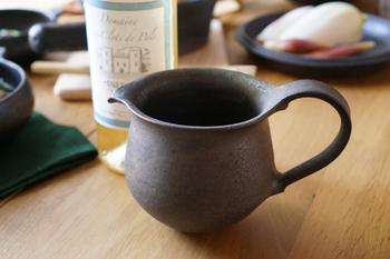 土の温もりが感じられるジャグ。陶器なのに金属質な風合いもあり、奥深く飽きが来ない仕上がりになっています。