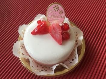 イチゴが美味しそうなムースケーキはケーキピックの裏にメモを挟めるメモスタンドになっています。何気ないメモも印象的になりますね。