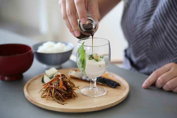 小さめのサイズが使いやすい「VICRILA(ヴィクリラ)|ガウディ ワイングラス」。強化ガラスを使用しているため、丈夫でスタッキングできるのも魅力。「朝にワイングラス?」と思う方もいらっしゃるかもしれませんが、ジュースやアイスコーヒーはもちろん、こんな風にお豆腐を入れて器として使うことができます。