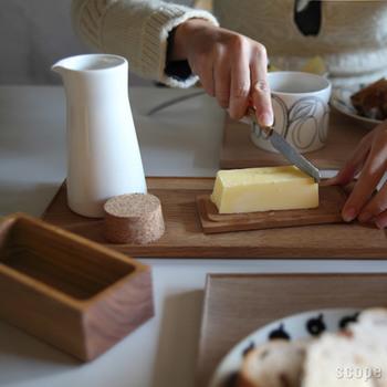山桜をくりぬいて作られた「東屋|バターケース」は、シンプルながらも手仕事の美しさを感じられる逸品。蓋を開けてナイフでバターをそぐ…この一連の作業がスムーズに行うことができますよ。