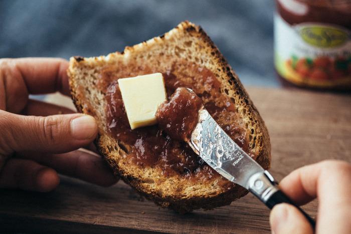 シンプルにバターで味わうのもいいですが、一緒にジャムもいかが?おすすめなのが、果物本来の甘みを存分に味わうことができる「アビィ・サンフェルム ジャム」。バターと一緒にジャムをたっぷりとのせてかぶりつけば、朝から幸せな気分に浸れますよ。