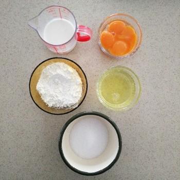 材料は卵黄、卵白、砂糖、小麦粉、生クリーム。とってもシンプルです。卵黄を多めに使うので、シフォンケーキなどを作って卵黄が余った時にもおすすめ。