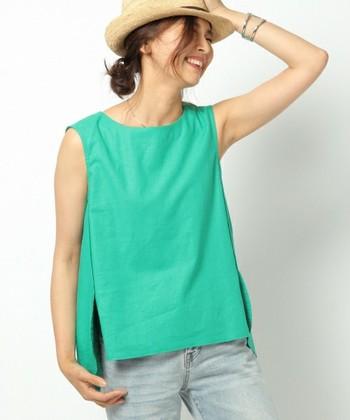 すとんとしたシンプルな縦ラインが印象的なグリーンのノースリーブシャツ。ライトカラーのデニムとストローハット、シルバーアクセサリーを合わせて、清涼感のある着こなしに。