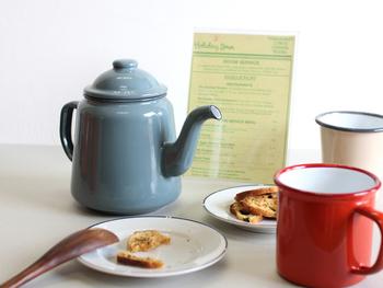 レトロな佇まいが素敵な「FALCON(ファルコン)ENAMELWARE TEA POT」は、小ぶりなサイズが使いやすく、IHや直火・オーブンに対応なのでどのご家庭でも大活躍してくれますよ。モダンなカラーが、朝食のテーブルをオシャレに演出してくれそう!