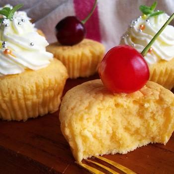 焼き上がりは、しっとりとした断面が美味しそう!クリームやフルーツを飾れば、より可愛いカップケーキに♪