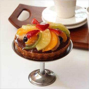 出来上がったケーキやマフィンはこんなペストリースタンドに飾ってみては?一気におもてなしモードで、テーブルが華やぎます。