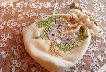 レースとビーズで刺繍されたお花が、タオル地のふんわり感とマッチしていて素敵です。全体的に落ち着いたデザインなので、どの年代の方が持っていても、違和感なさそう。