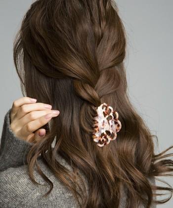 トップの髪を三つ編みにしたハーフアップアレンジは、大きめの編み目が大人っぽくて素敵♪ ゴムで結ばずあえてヘアクリップで留めることで、ゆるっとした感じになっています。