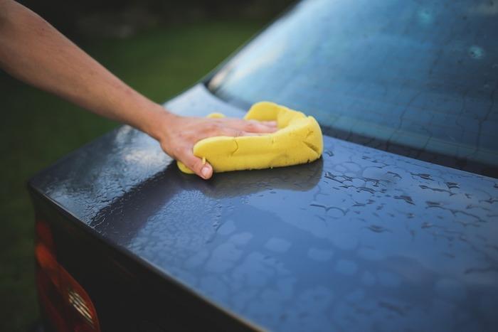雨が続くと、愛車はいつの間にかドロドロに汚れてしまいます。晴れの日にサッと洗えば、心もすっきり。  自転車や三輪車などもついでに手入れすれば完璧です。暑すぎる日中に洗車すると、洗剤のあとが残りやすいので、午前中か夕方に行うのがおすすめです。