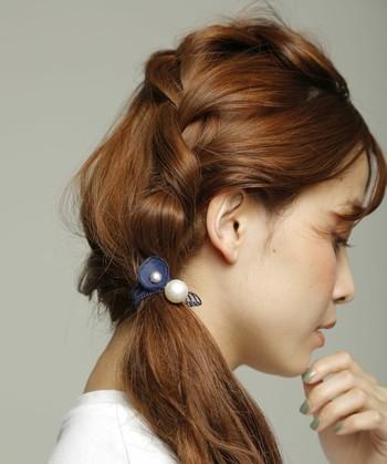 サイドの髪を多めにとって三つ編みにしてそのまま後ろの髪と一緒にサイドにまとめたアレンジ。 ゆる~く編むことで抜け感が出てナチュラルに仕上がりますよ。