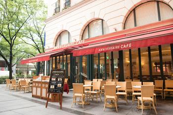 まるでパリの街角にあるようなオープンカフェで、本を片手にドリンクタイムも良いですね。冷たいドリンクも恋しくなる季節です。