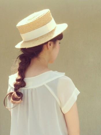 一つ結びの三つ編みをランダムに崩し、最後に結び目の毛先をくるんとゴムで巻いたヘアアレンジ♪ 麦わら帽子と三つ編みの組み合わせが少女のような雰囲気です。