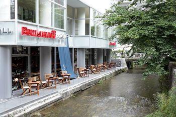 夏の京都に訪れたら、ぜひ「川床」を楽しみたいところですが、人気が高く予約で満席ということも。そんなときは、鴨川の近くにある高瀬川で通年、屋外テラス席を営業している「PIZZA SALVATORE」がおすすめ。