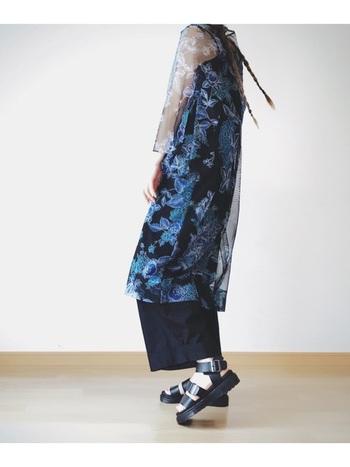 シースルーの花柄ガウンは、「着たい!けどどうやって着こなす…?」と手に持って悩んでしまいそうなアイテム。 黒ベースのパンツやインナーに合わせるとシックに着れますね。