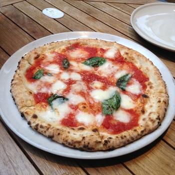 本場イタリアの薪窯で焼いた本格ナポリピザをリーズナブルにいただけます。平日のランチタイムはビュッフェ形式なので、そちらもおすすめ。