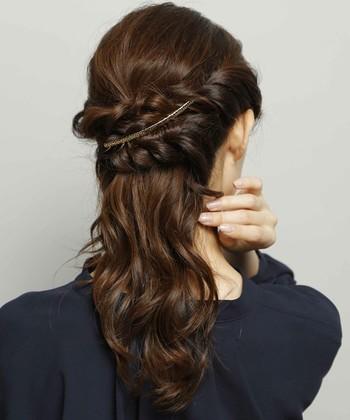 髪の長い方は三つ編みをクロスさせても可愛いですよ。 シンプルなスティックコームをプラスしてエレガントな印象に。