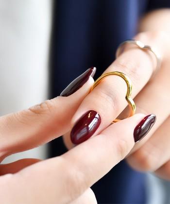 """いつものお気に入りの指輪、皆さんはどんな風につけていますか?シンプルに1つで、というのも素敵ですが、複数の指輪と""""重ねづけ""""することでまた違う表情を楽しむことができますよ*"""
