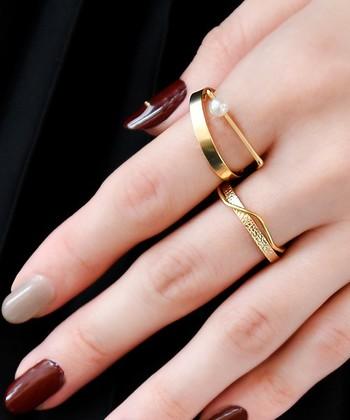 細さの違う指輪も、色や素材を同じもので合わせてみるとスッキリ仕上がります。エレガントな雰囲気が素敵な組み合わせです。