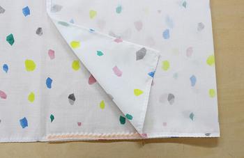 ポイントは、どんなサイズのあずま袋でも、準備する布は「1:3(タテ:ヨコ)」比率ということ。ずれないように仮縫いしながら進めても◎。
