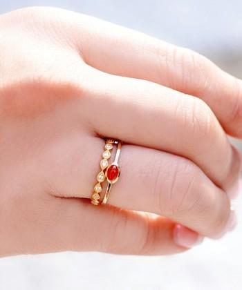 全く異なるデザインの指輪を重ねづけしていますが、どちらも素材の色がゴールドなため統一感があります。このように、ベースの色を揃えると合わせやすいのでオススメです*