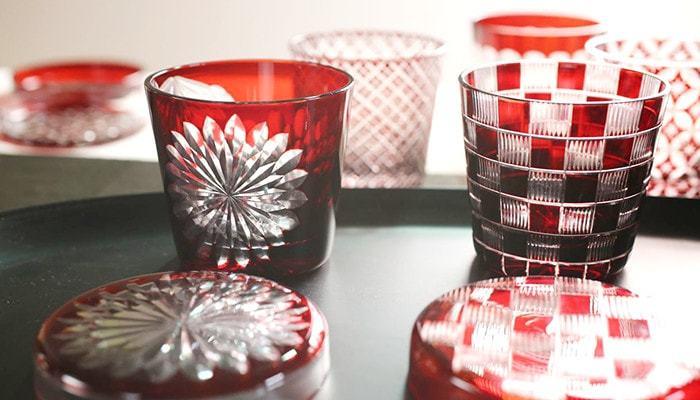グラスと対の蓋がついた、江戸切子のお猪口。熟練の職人の手で、ひとつひとつ形作られた美しい模様が印象的です。