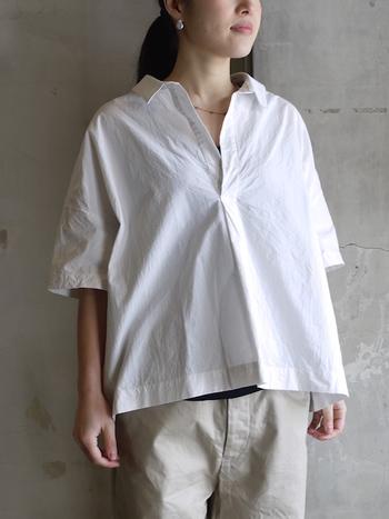 Vネックに襟がついている涼しげなデザインのスキッパーシャツも人気のアイテム。ストンとかぶるだけで抜き襟風のスタイルが簡単に作れます。