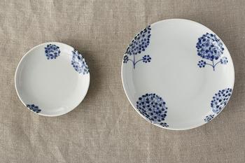 「九谷青窯」に所属する三宅英雅さんの作品。濃淡のある点描で描かれた花がかわいらしい。 色々な料理に合う使い勝手の良いお皿でもあります。