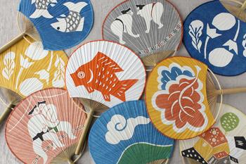 全11種類の日本らしいデザインがかわいい型染めうちわ。「なす」「双魚(そうぎょ)」「山に雲」など藍色の絵柄は夏にぴったり。
