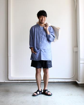 シャツとショーツ、ついついマンネリになりがちなコーディネートも、ひと癖あるデザインのシャツで新鮮な雰囲気に。