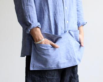 LIFEをイメージしてつくられた、大きなポケットが印象的な「エプロンシャツ」。maillotオリジナルの定番「綿麻シャンブレー地」を使用ているので、着心地の良さはお墨付き。