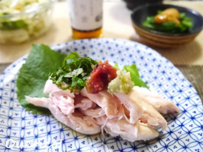 魚だけでなく、肉とも相性バッチリ。蒸してふっくらと仕上げた鶏ささみに、青じそ、たたいた梅など食欲をそそる薬味をたっぷりのせ、煎り酒をかけていただきます。ご飯にもおつまみにも合いそう。