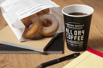 大阪・梅田にある「ALLDAYCOFFEE(オールディコーヒー)」。 平林さんデザインのロゴ、お店の雰囲気‥どれも素敵で、長居していたくなります。
