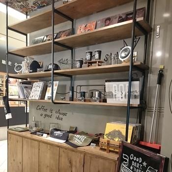 店内には平林さんデザインの雑貨も販売されています。 ユニセックスで使える手帳とボールペンなども。 飽きの来ないデザインなので、長く愛用できそうですね。