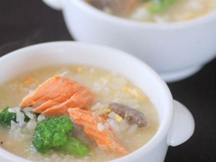 焼き鮭と水、煎酒を鍋に入れ煮て、そこにごはんや生卵を加え、煎り酒と少しの塩で味を整えただけの簡単で美味しいリゾットは、朝ご飯だけでなくお夜食や飲んだ後の〆にも良さそう。