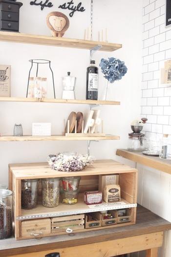 中段をつけてキッチンの調味料棚に。元がりんご箱なのでキッチンにしっくりきます。